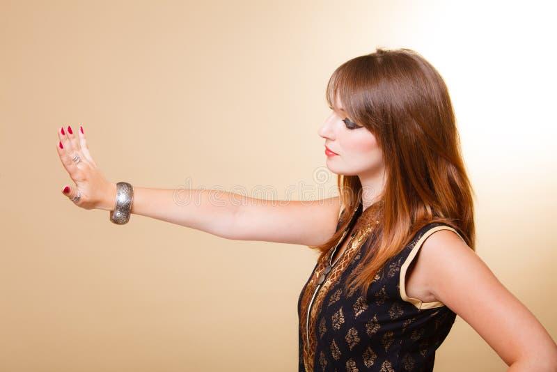 Ragazza di oriente del ritratto con trucco ed il bracciale fotografie stock