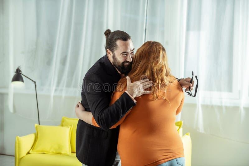 Ragazza di peso eccessivo preoccupata che abbraccia il suo migliore amico fotografia stock libera da diritti