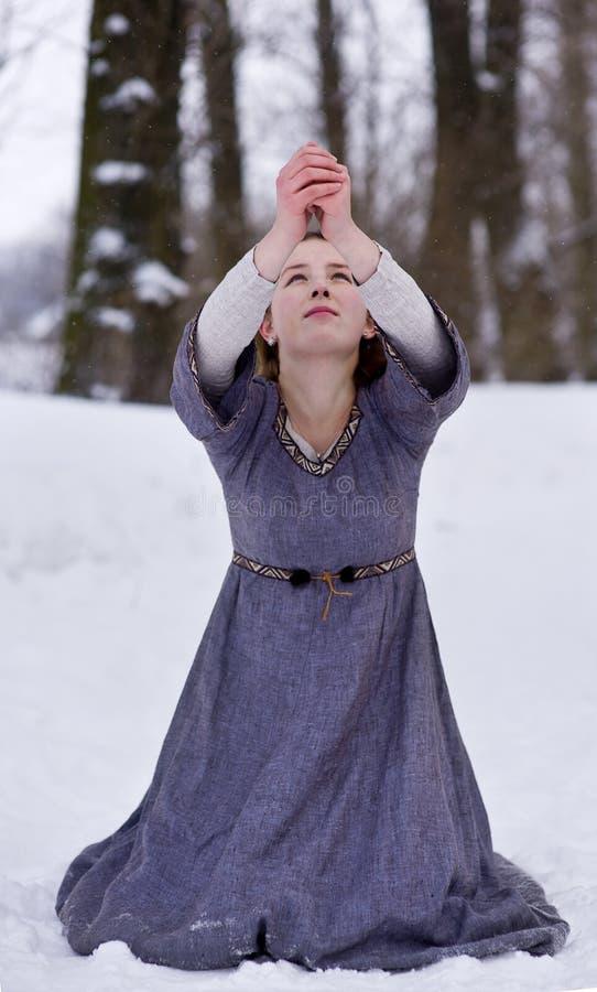 Ragazza di preghiera in vestito medioevale fotografia stock