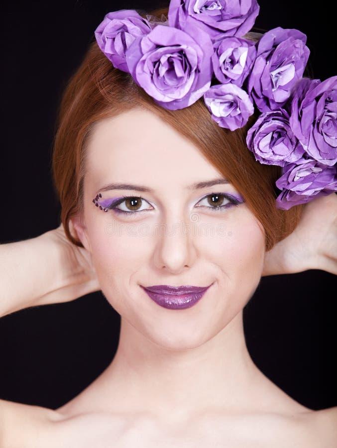 Ragazza di Redhead con trucco ed i fiori di stile fotografia stock libera da diritti