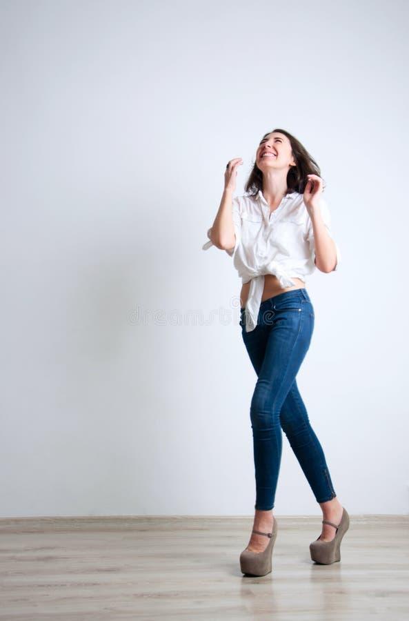 Ragazza di risata sveglia fotografia stock libera da diritti