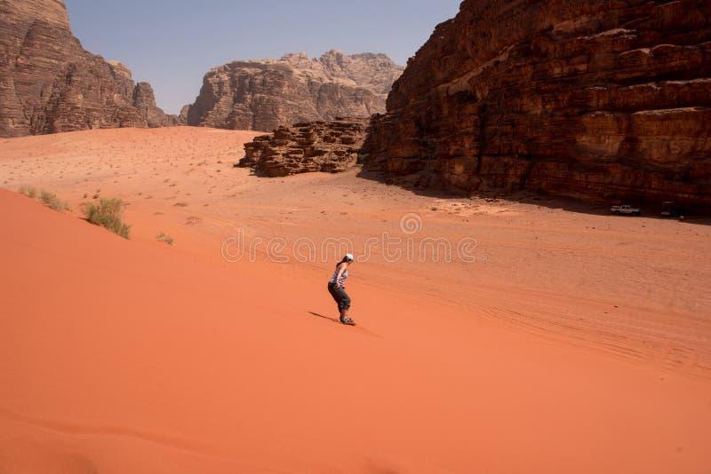 Ragazza di Sandboarding nel deserto fotografia stock