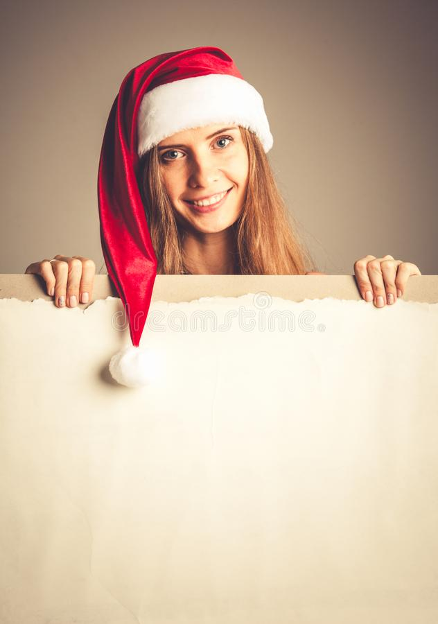 Ragazza di Santa che tiene tabellone per le affissioni in bianco fotografie stock libere da diritti