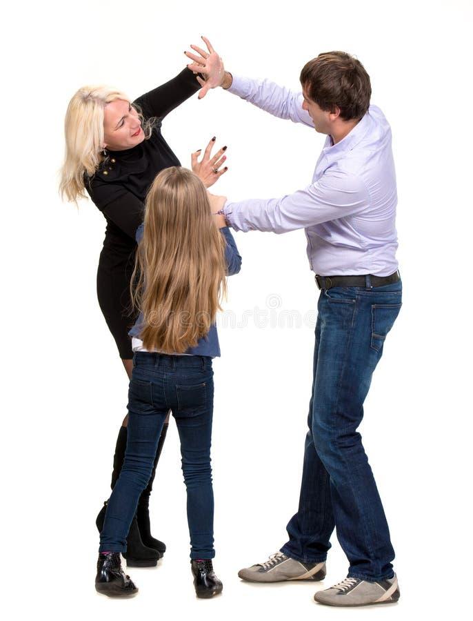 Ragazza di sguardo triste con i suoi genitori di combattimento fotografia stock libera da diritti