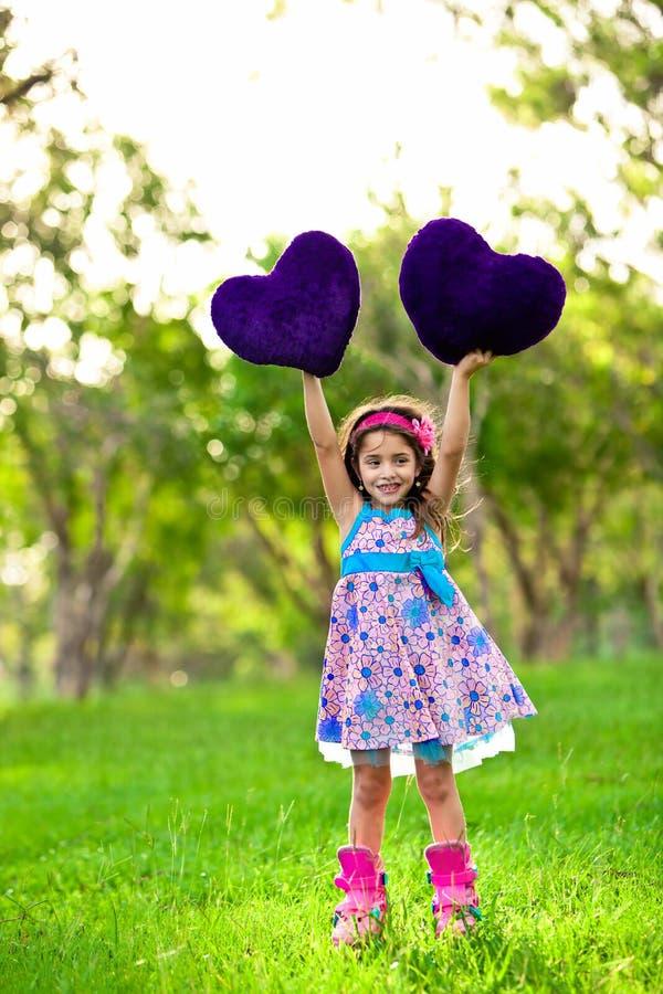 Ragazza di Smilinglittle con un cuore fotografia stock libera da diritti
