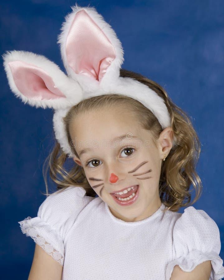 Ragazza di Smilling con il coniglietto fotografie stock