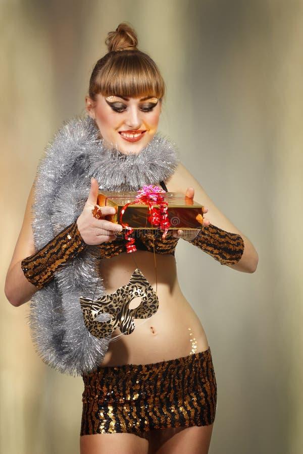 Ragazza di travestimento di natale della discoteca con il regalo dorato fotografie stock