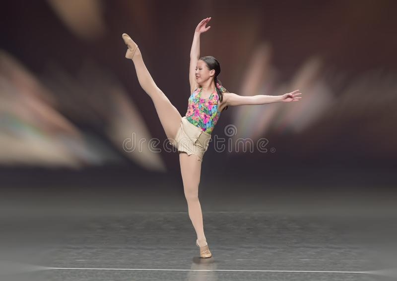 Ragazza di tredici anni adorabile di Amerasian che esegue un ballo di balletto fotografia stock