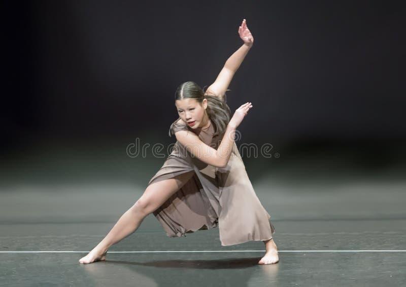 Ragazza di tredici anni adorabile di Amerasian che esegue un ballo di jazz fotografia stock