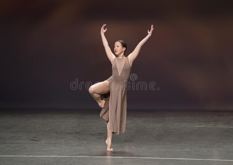 Ragazza di tredici anni adorabile di Amerasian che esegue un ballo di jazz immagine stock libera da diritti