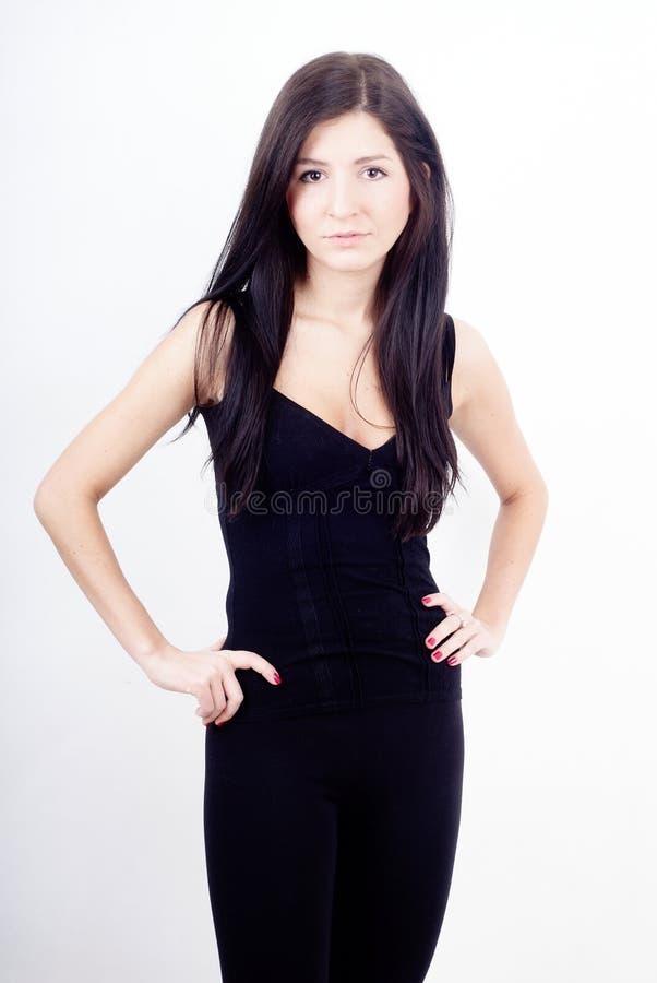 Ragazza diritta casuale del brunette in vestiti neri fotografia stock