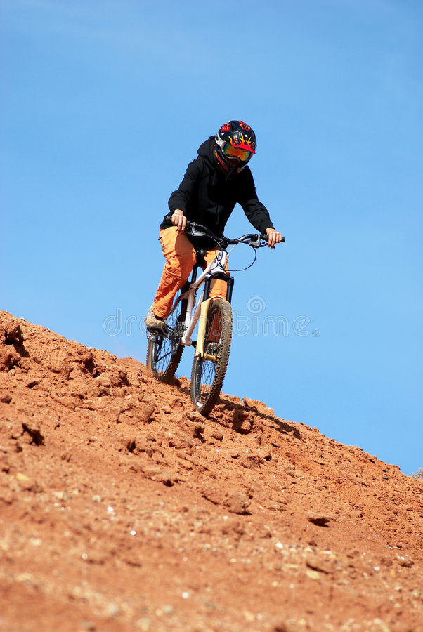 Ragazza in discesa sulla bici di montagna fotografie stock