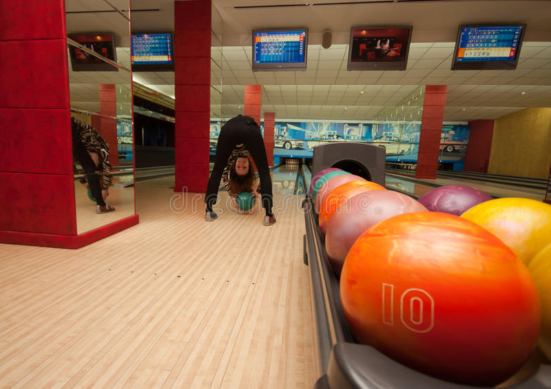 Ragazza divertente del principiante che gioca bowling fotografia stock
