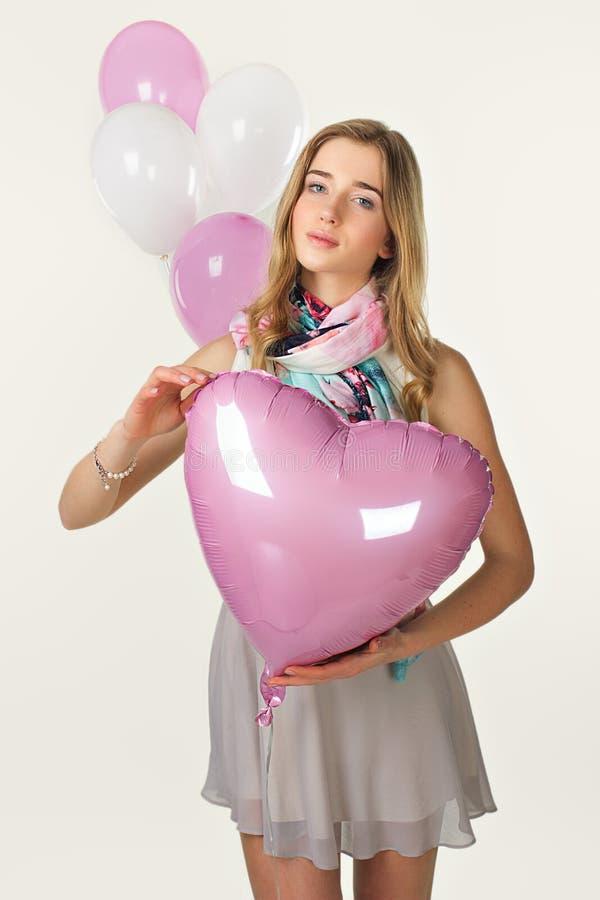 Ragazza dolce nello stile di primavera con i baloons Giorno del biglietto di S fotografia stock