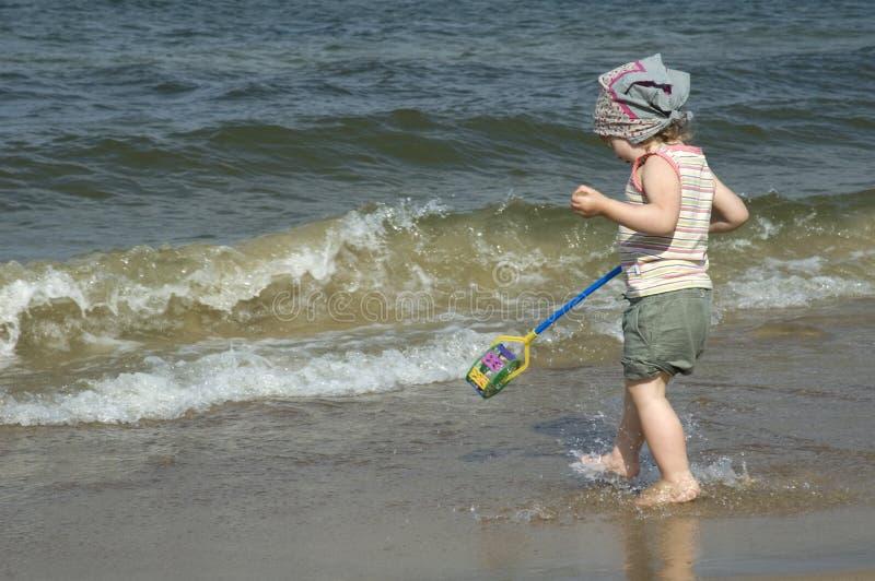 Ragazza dolce sulla spiaggia fotografie stock libere da diritti