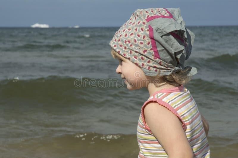 Ragazza dolce sulla spiaggia fotografie stock