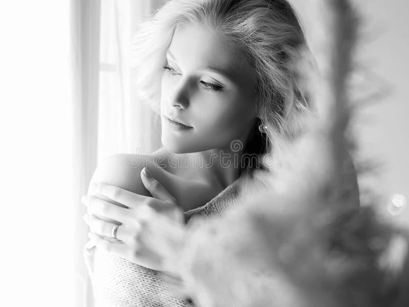 Ragazza domestica di stile di vita che guarda nella finestra fotografie stock libere da diritti