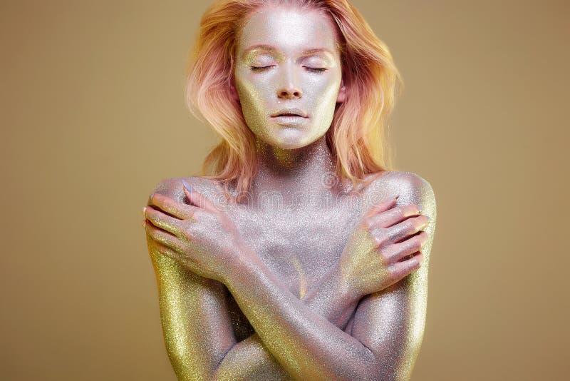 Ragazza dorata Bella giovane donna con le scintille fotografia stock