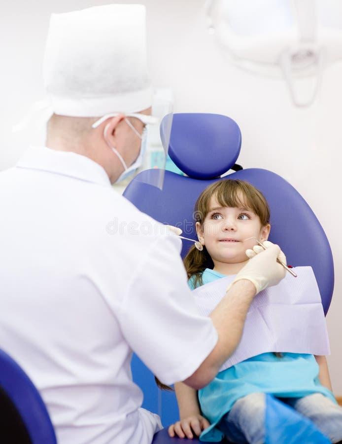 Ragazza durante l'ispezione della cavità orale fotografia stock libera da diritti