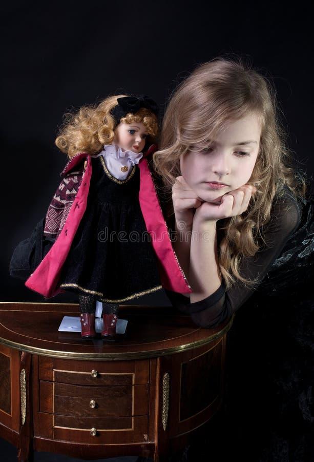 Ragazza e bambola fotografia stock libera da diritti