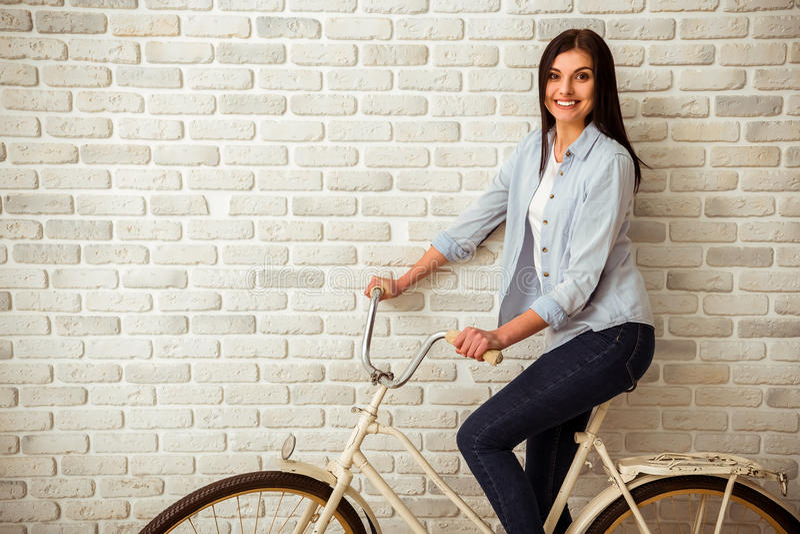 Ragazza e bicicletta immagini stock