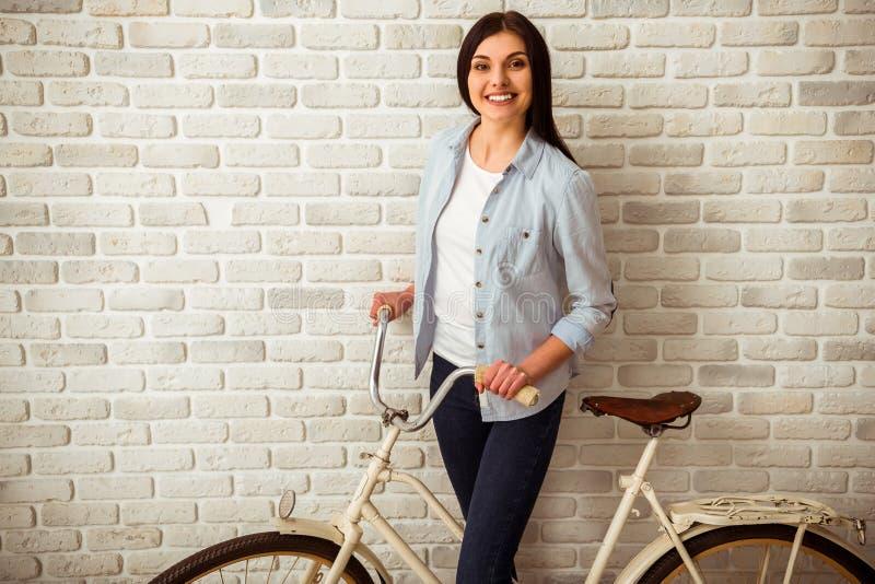 Ragazza e bicicletta immagine stock libera da diritti