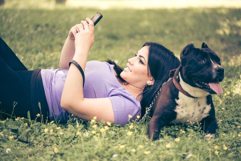 Download Ragazza e cane immagine stock. Immagine di messaggio - 56892501