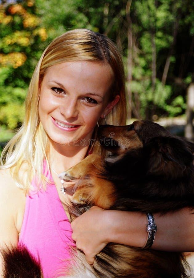 Ragazza e cane graziosi fotografia stock libera da diritti