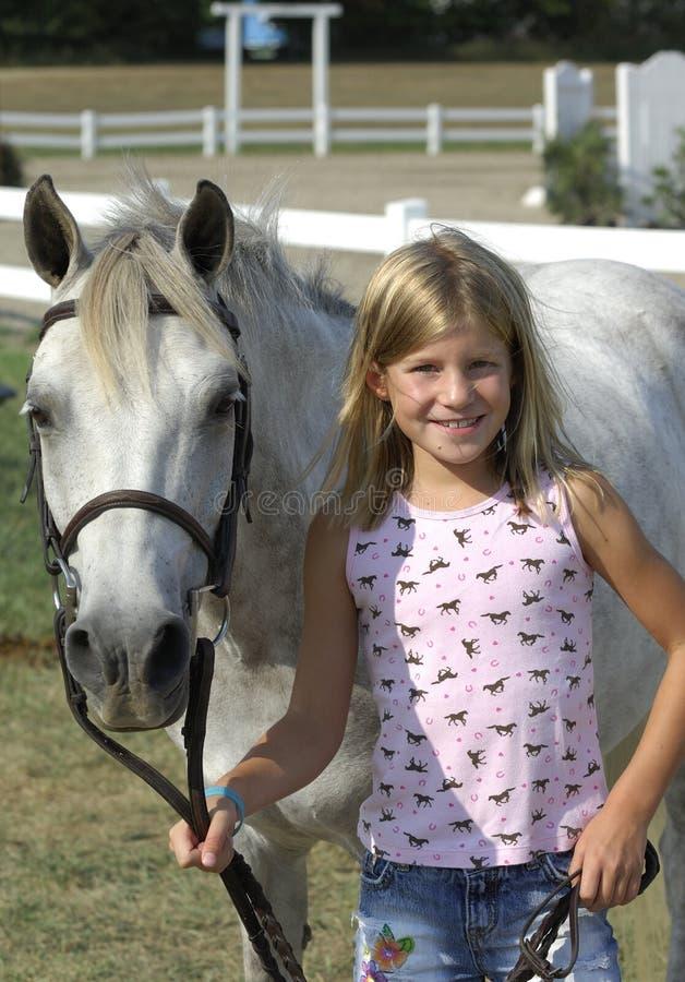 Ragazza e cavallino fotografia stock