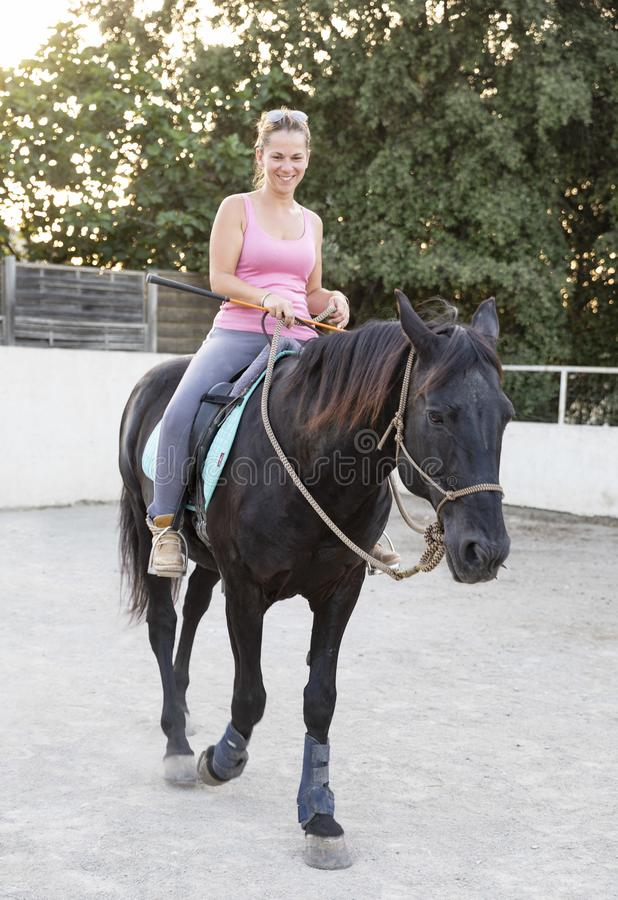 Ragazza e cavallo di guida immagine stock