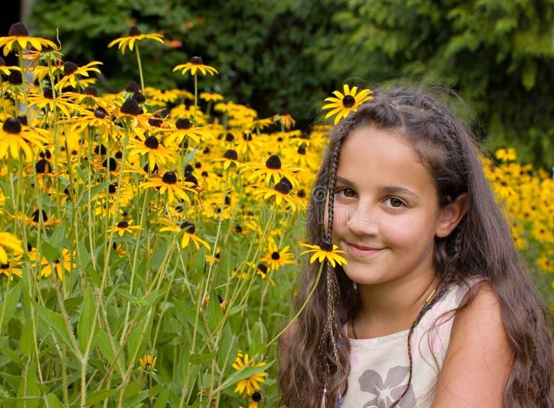 Ragazza e fiori. fotografia stock libera da diritti
