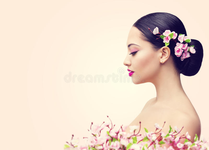 Ragazza e fiori giapponesi, profilo asiatico di trucco di bellezza della donna immagine stock libera da diritti