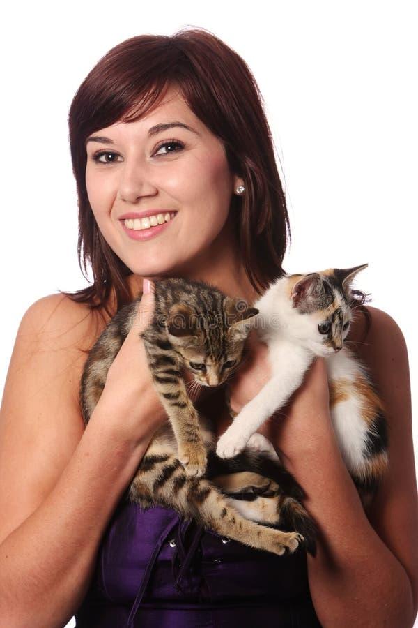 Ragazza e gattini graziosi immagine stock