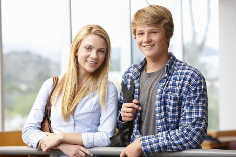 Ragazza e ragazzo adolescenti dello studente all'interno fotografia stock