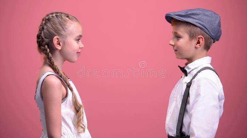 Ragazza e ragazzo che se esaminano con amore, prima compassione, giorno di biglietti di S. Valentino immagine stock libera da diritti