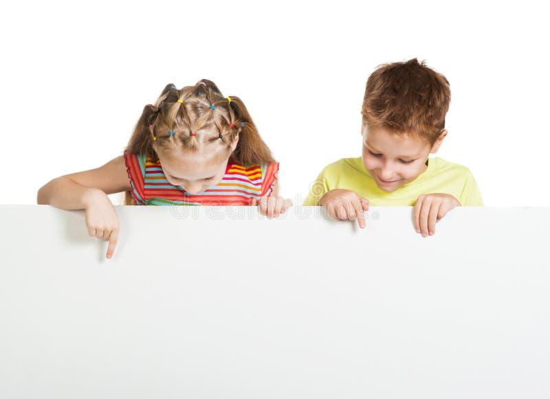Ragazza e ragazzo con uno spazio in bianco bianco fotografia stock libera da diritti