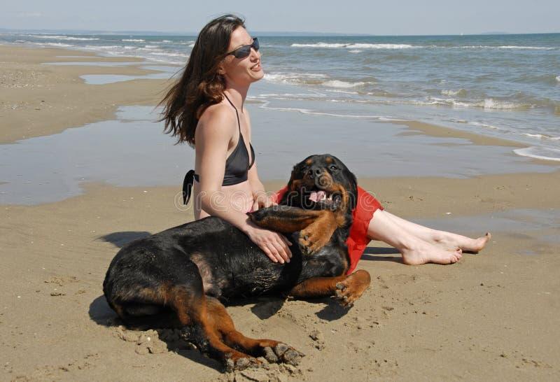 Ragazza e rottweiler fotografie stock libere da diritti