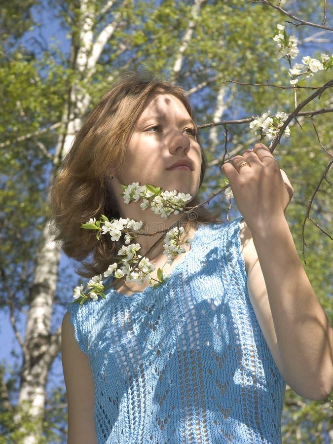 Download Ragazza e sorgente fotografia stock. Immagine di fiore - 205366