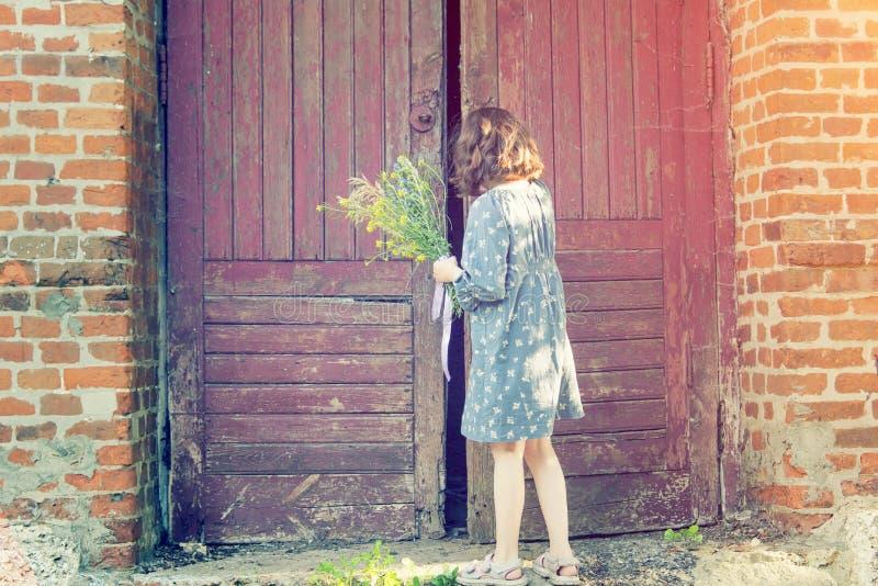 Ragazza e vecchia porta di orrore fotografie stock