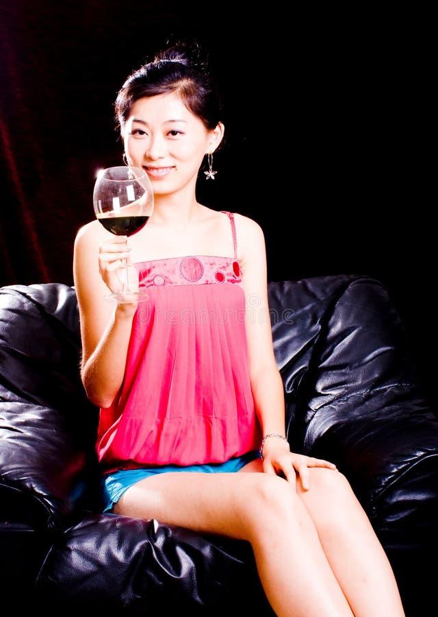 Ragazza e vino rosso fotografia stock libera da diritti