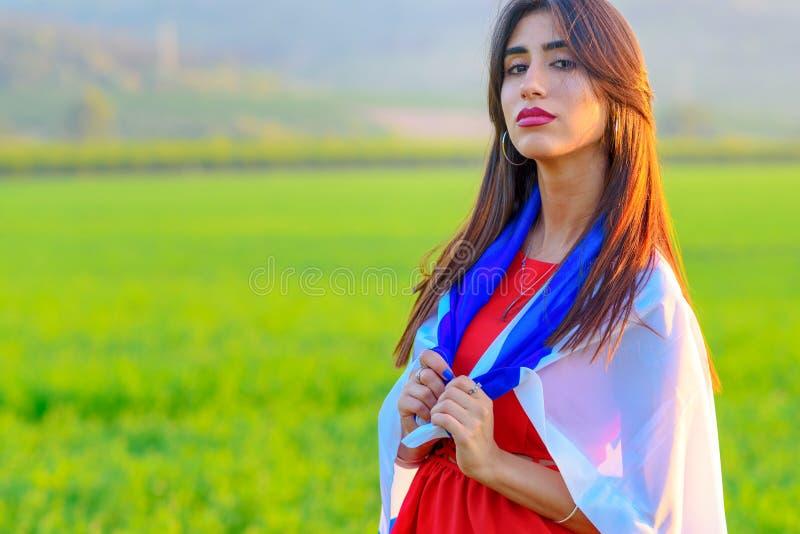 Ragazza ebrea con la bandiera di Israele su paesaggio di stupore di bella estate fotografie stock libere da diritti