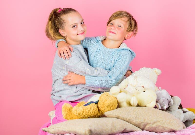 Ragazza ed abbraccio allegro di umore dei ragazzi Concetto di amicizia Migliori amici fratello e sorella Scherza i fratelli germa fotografia stock