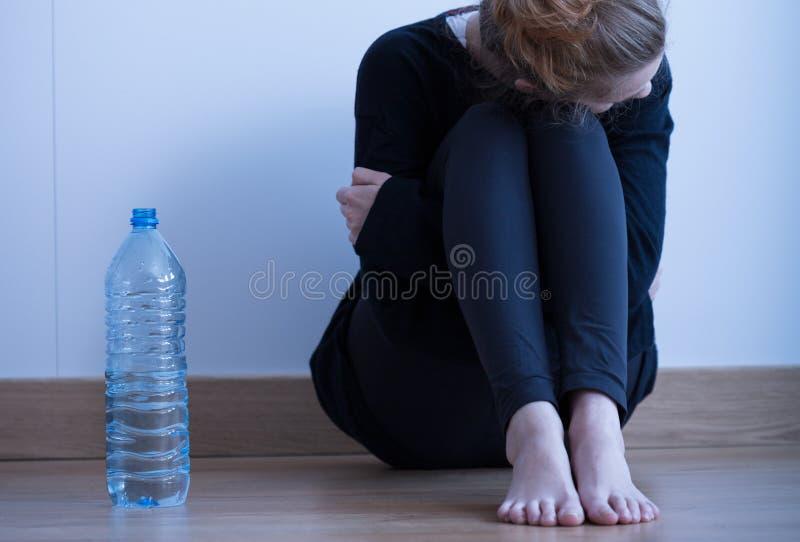 Ragazza ed acqua anoressiche fotografie stock