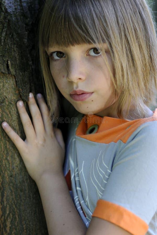 Ragazza ed albero fotografia stock libera da diritti