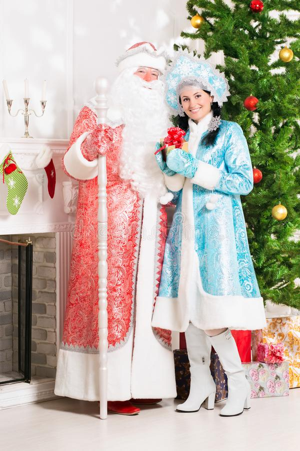 Ragazza ed il Babbo Natale della neve immagini stock