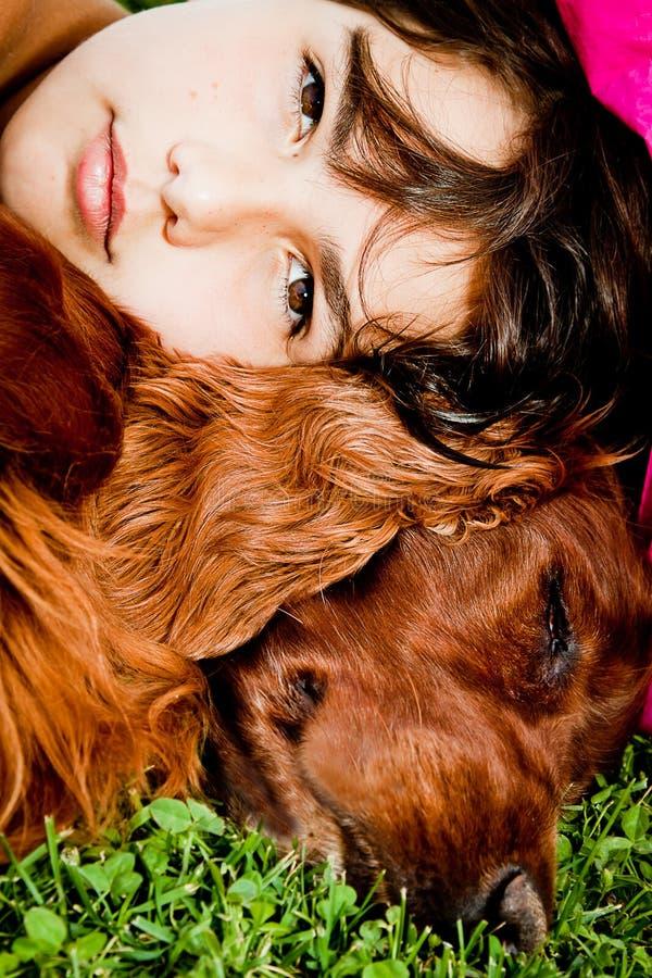 Ragazza ed il suo cane fotografia stock