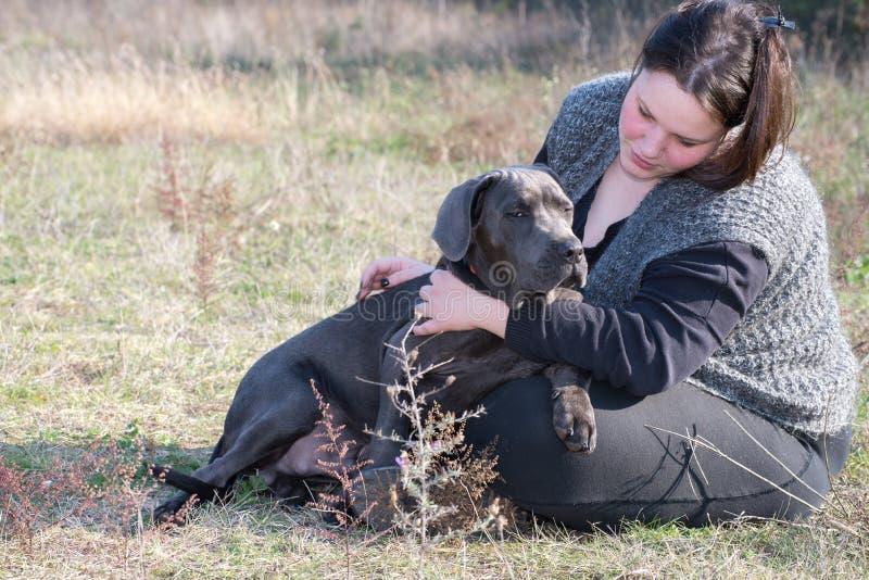 Ragazza ed il suo cucciolo di corso della canna fotografia stock libera da diritti
