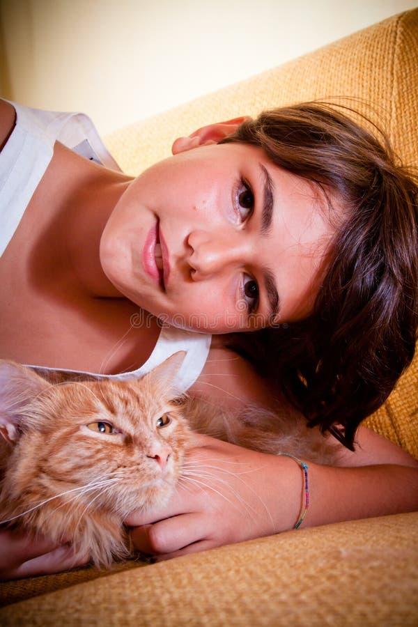 Ragazza ed il suo gatto fotografia stock