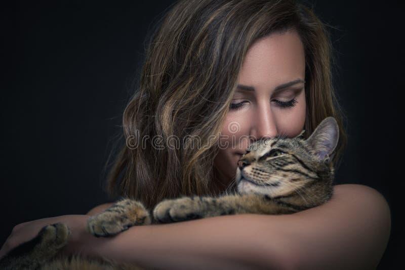 Download Ragazza ed il suo gatto immagine stock. Immagine di affetto - 55361505