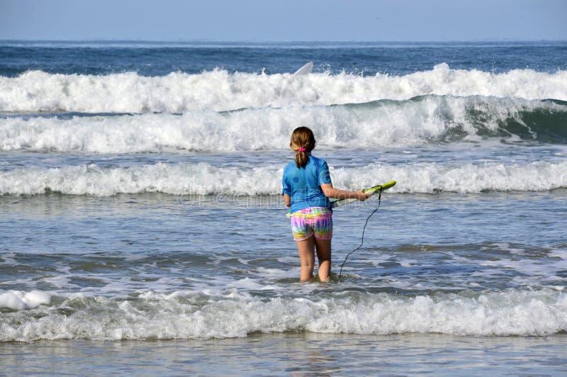 Ragazza ed oceano fotografia stock libera da diritti